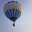 気球を見上げる